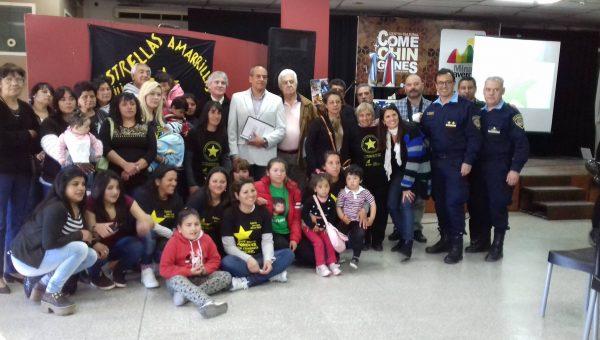 Grupo de Estrellas Amarillas de Mina Clavero junto a Julio Ambrosio, al Intendente Claudio Manzanelli, autoridades y familias que colaboran día a día en la labor de concientización vial.